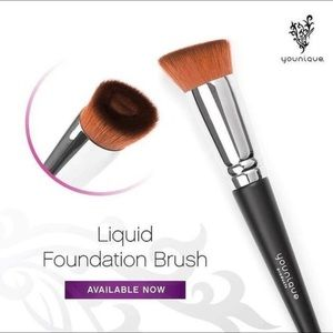 Younique's liquid foundation brush